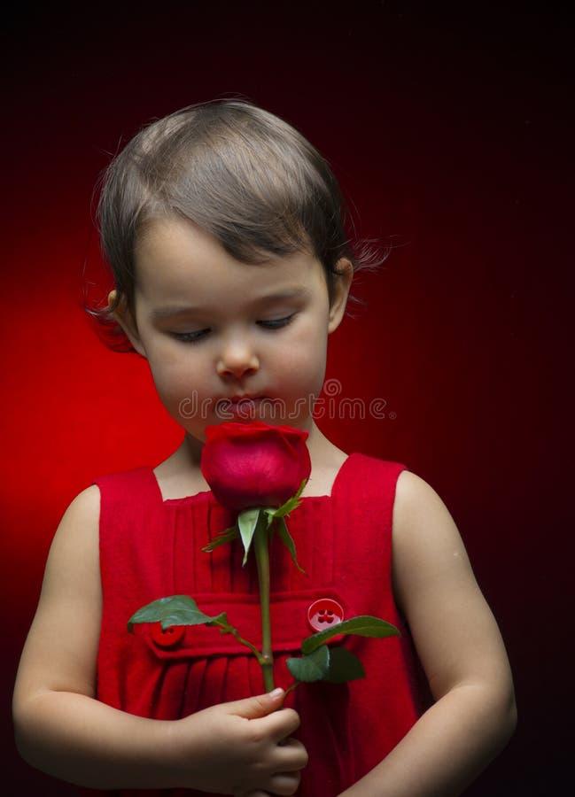 La tenencia de la niña subió en rojo fotos de archivo libres de regalías