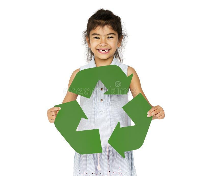 La tenencia de la niña de la ecología recicla símbolo fotografía de archivo