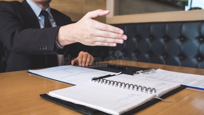La tenencia del patrón o del reclutador que lee un curriculum vitae durante alrededor su perfil del candidato, patrón en traje es fotos de archivo libres de regalías