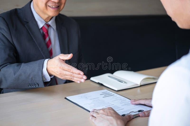 La tenencia del patr?n o del reclutador que lee un curriculum vitae durante alrededor coloquio su perfil del candidato, patr?n en imágenes de archivo libres de regalías