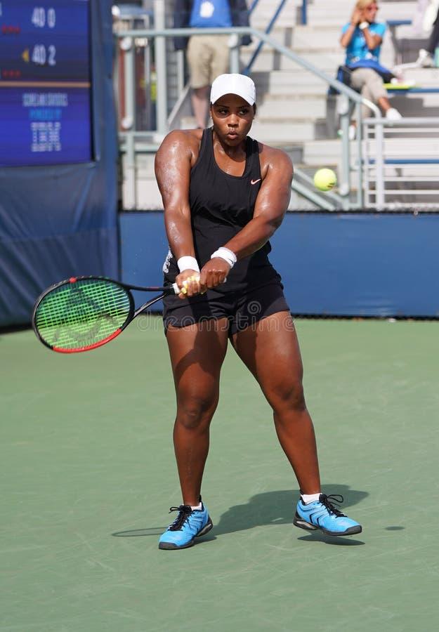 La tenista profesional Taylor Townsend, de Estados Unidos, en acción durante su primer partido de la primera ronda del Abierto de fotografía de archivo libre de regalías