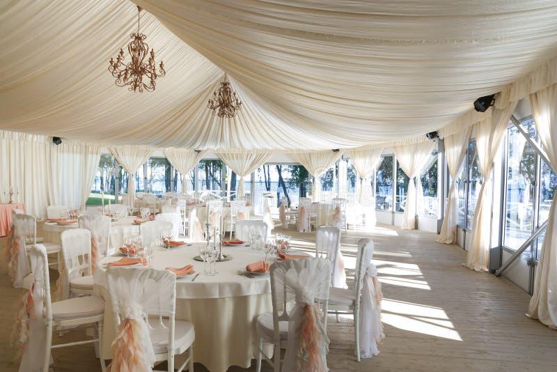 La tente d'été est décorée le jour du mariage photos stock