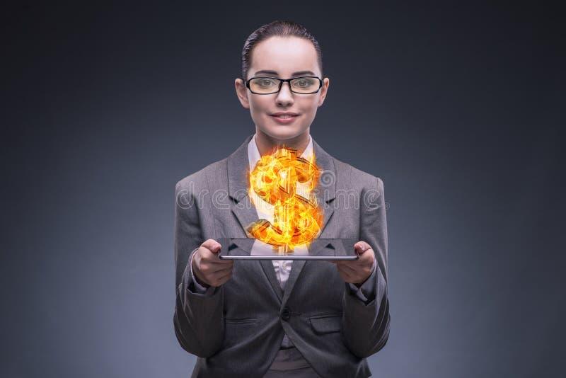 La tenuta della donna di affari che brucia simbolo di dollaro americano immagine stock