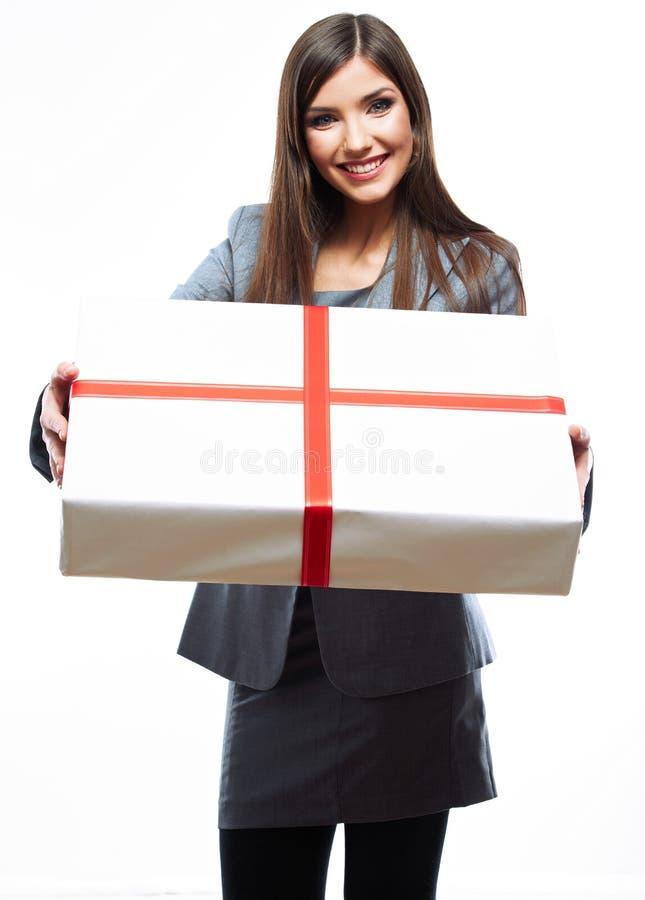 La tenuta della donna di affari del contenitore di regalo contro bianco ha isolato il fondo immagini stock