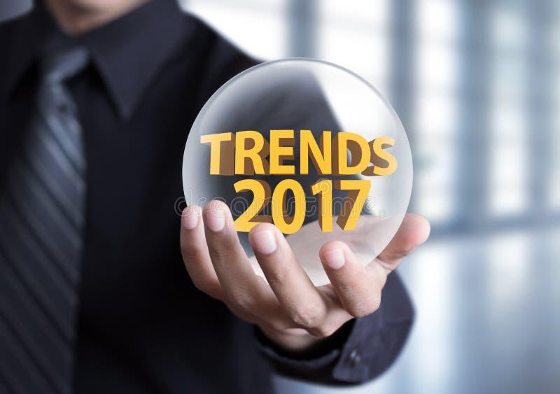 La tenuta della mano tende il concetto 2017 in sfera di cristallo immagine stock