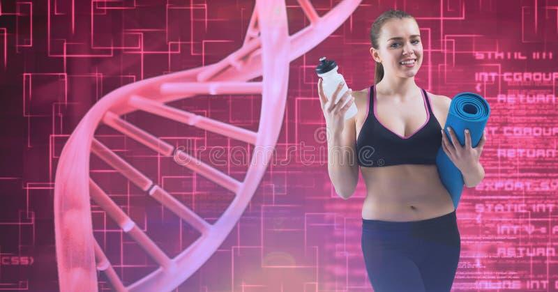 La tenuta sorridente della giovane donna esercita la stuoia e la bottiglia di acqua dalla struttura del DNA fotografie stock libere da diritti
