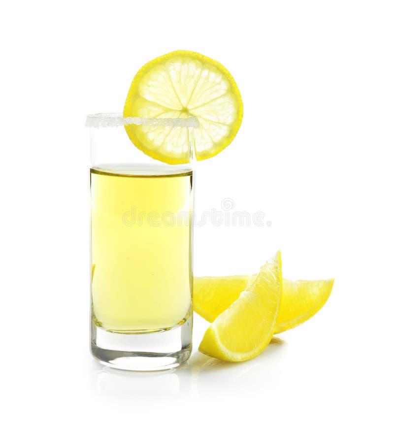 La tequila d'or a tiré avec les tranches et le sel juteux de citron image libre de droits