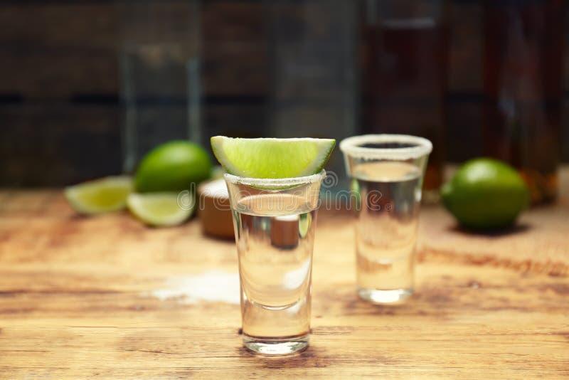 La tequila a tiré avec la tranche et le sel juteux de chaux images stock