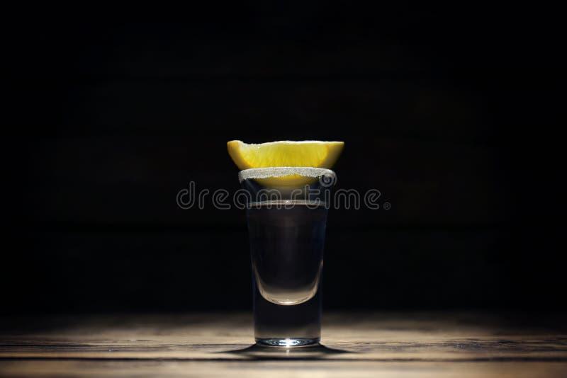 La tequila a tiré avec la tranche et le sel juteux de citron photos libres de droits