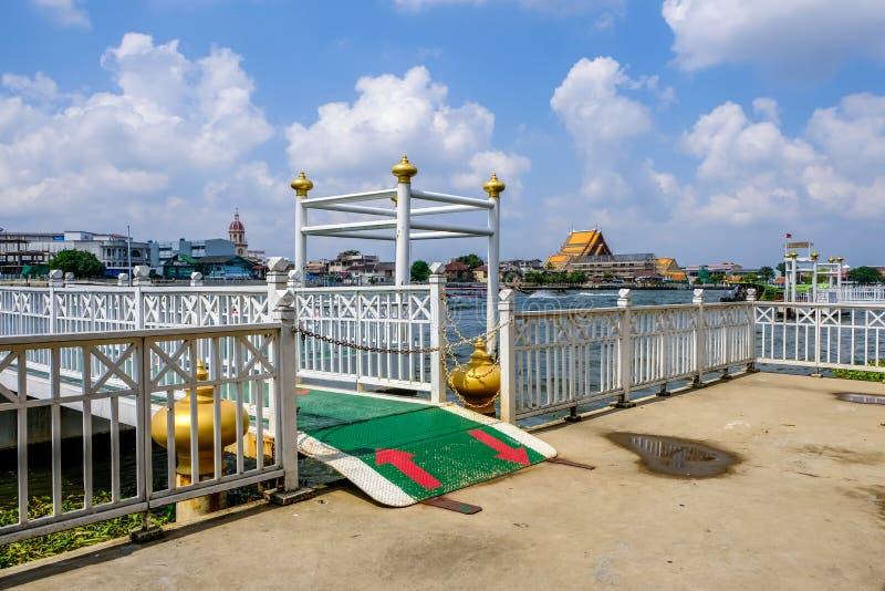 La terminal de transbordadores en el mercado Pak Klong Talad Bangkok Thailand de la flor fotografía de archivo libre de regalías