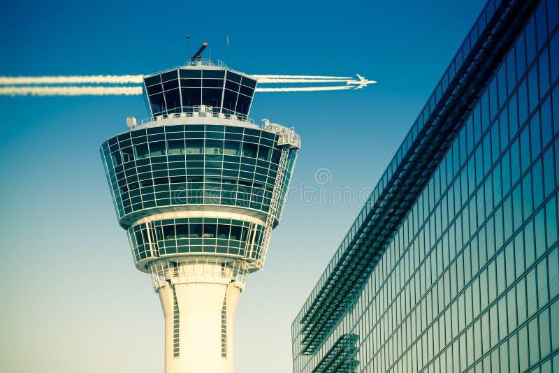 La terminal de viajeros y el vuelo de la torre de control de aire de la gestión de los vuelos acepillan fotografía de archivo libre de regalías