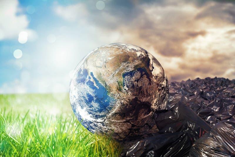 La terra è chancing dovuto inquinamento e rifiuti non differenziati Conservi il mondo mondo fornito dalla NASA fotografia stock libera da diritti