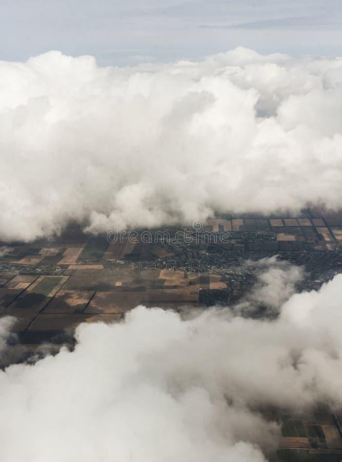 La terra è nell'ambito dei cumuli bianchi fotografie stock libere da diritti
