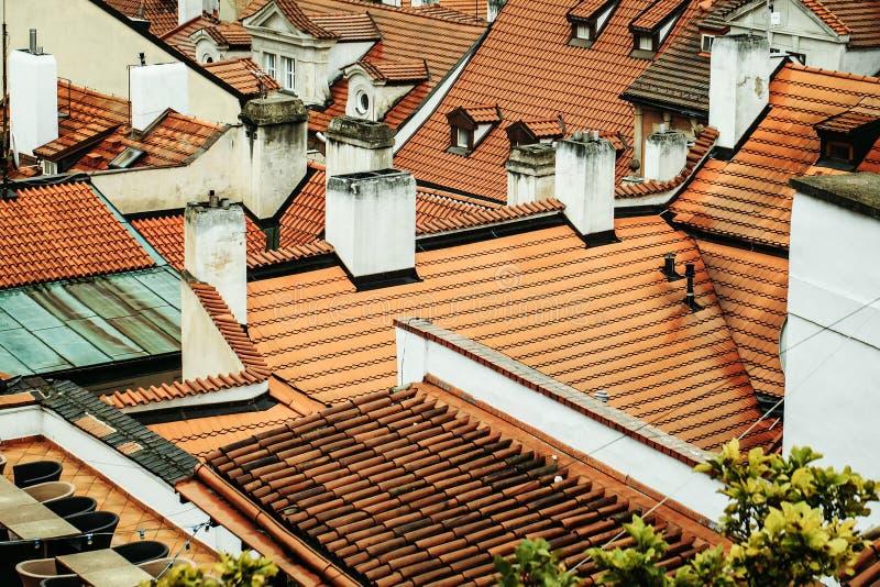 La terracota tejó los tejados con las chimeneas imagen de archivo