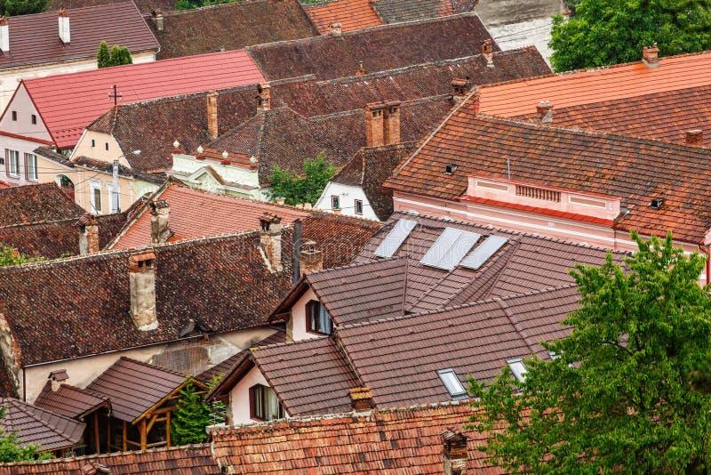 La terracota tejó los tejados con las chimeneas y las ventanas abuhardilladas de la ciudad imagen de archivo libre de regalías