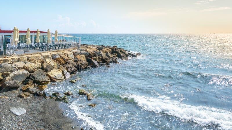 La terrasse de plage du jardin de vie de barre de restaurant dans la ville italienne San Remo images stock
