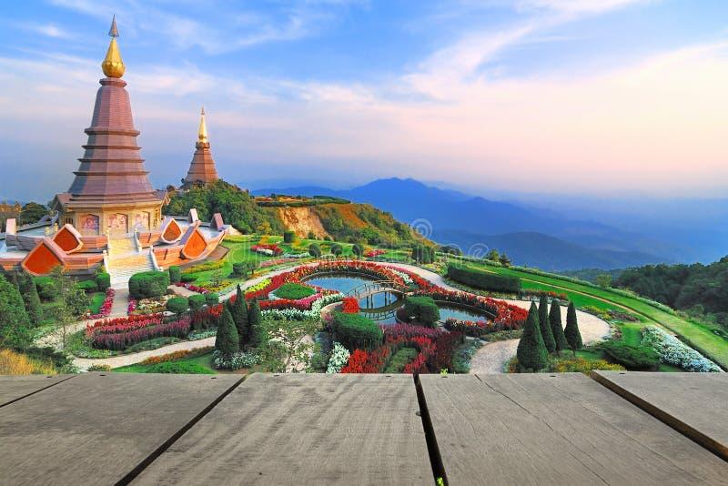 La terraza de madera y la puesta del sol en el punto de opinión de Doi Inthanon utilizan como natura foto de archivo libre de regalías