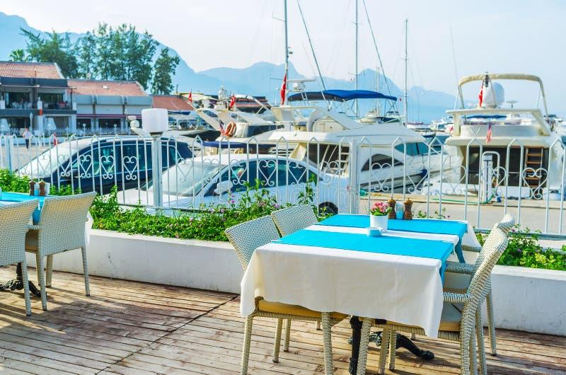 La terraza del verano del café costero, Kemer, Turquía imagenes de archivo