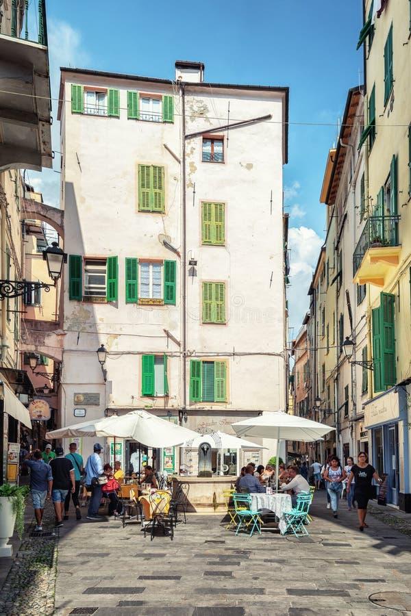 La terraza exterior de un restaurante en vía Fransesco Corradi en el centro de la ciudad italiana San Remo foto de archivo