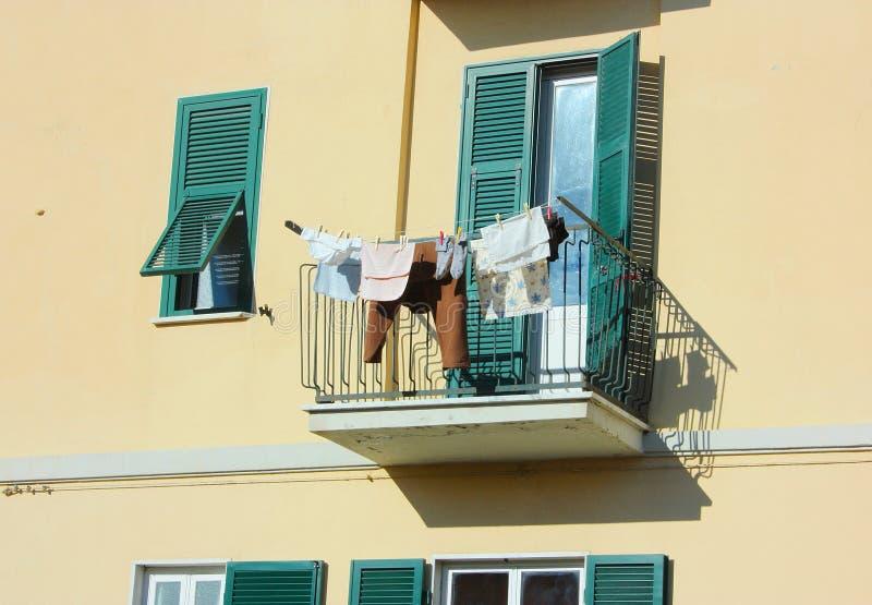 La terraza se utiliza para colgar la ropa en un domicilio familiar normal foto de archivo libre de regalías