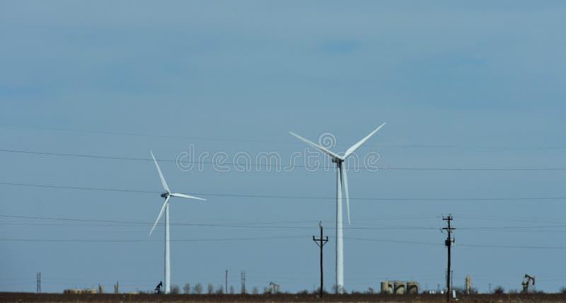 La terre appelle toutes les turbines de vent images libres de droits