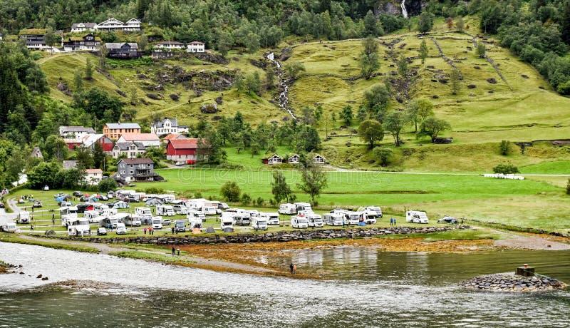 La terre campante directement sur le rivage du Geirangerfjord en Norvège photographie stock