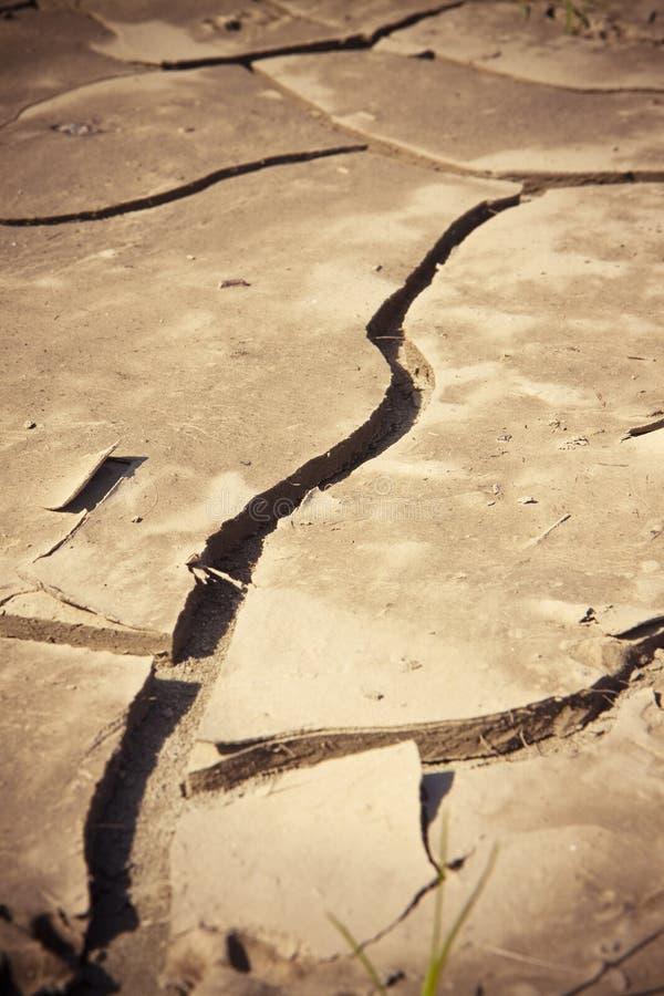 La terre criqu?e : les effets de la s?cheresse - image de concept image stock