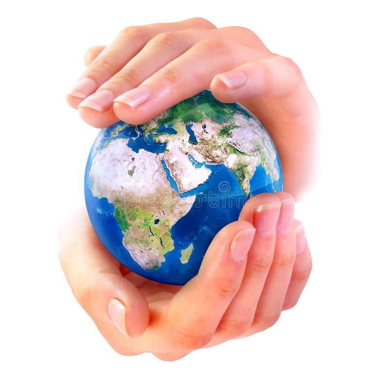 La terre dans des mains images stock