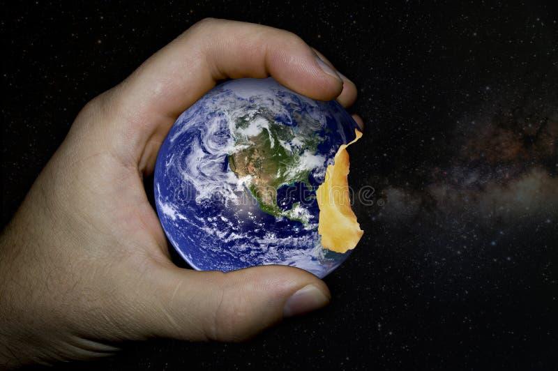 La terre de planète sous forme de pomme mordue photographie stock