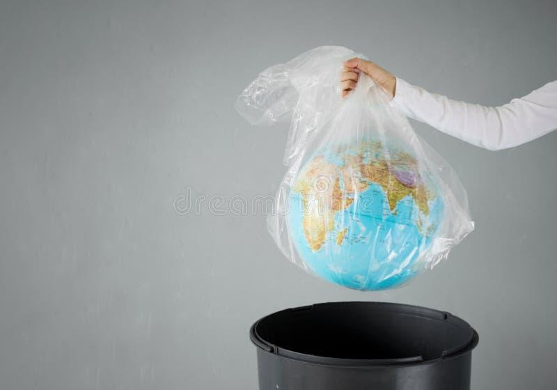 La terre de plan?te dans un sachet en plastique image libre de droits