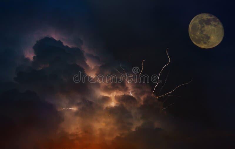 La terre dramatique de planète d'orbite de lune foudres en ciel de coucher du soleil avec les nuages foncés images stock