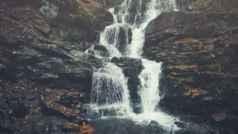 La terre pierreuse de crique des montagnes sauvage pure de cascade photos libres de droits