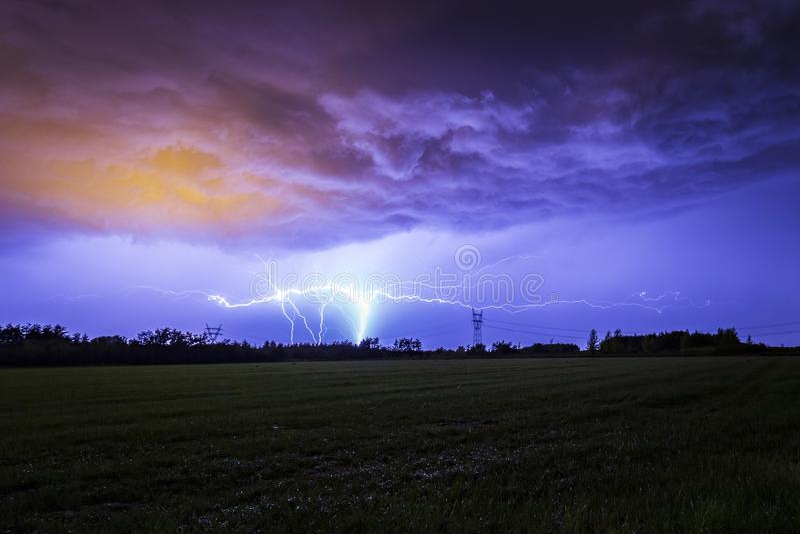La terre pour opacifier l'éclair de foudre de CHROMATOGRAPHIE GAZEUSE contre un ciel dramatique de tempête image stock