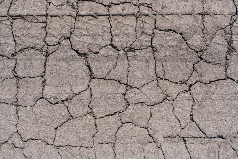 La terre sèche couverte de fissures photo stock