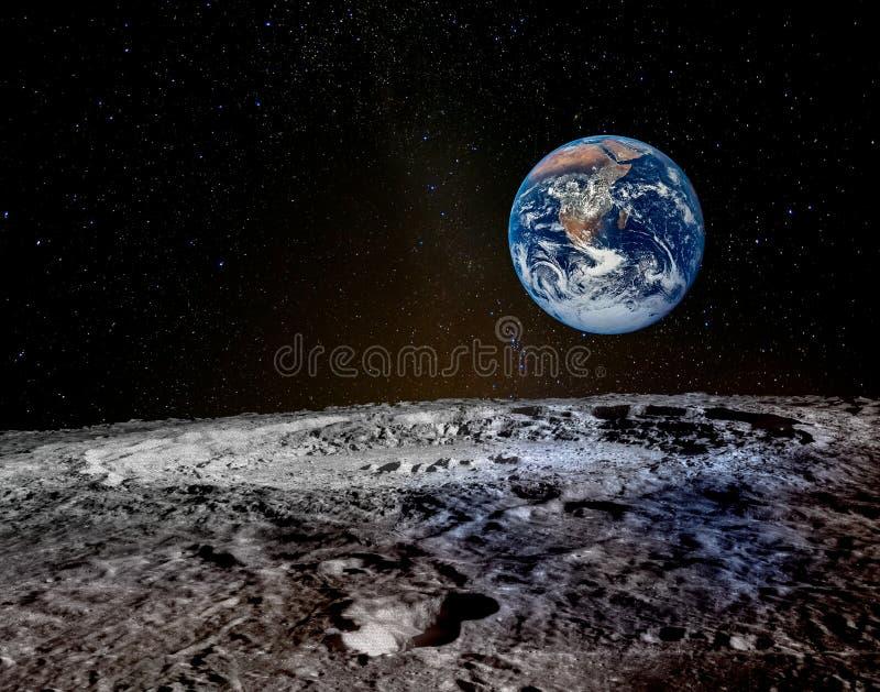 La terre se l?ve au-dessus de l'horizon lunaire photo libre de droits