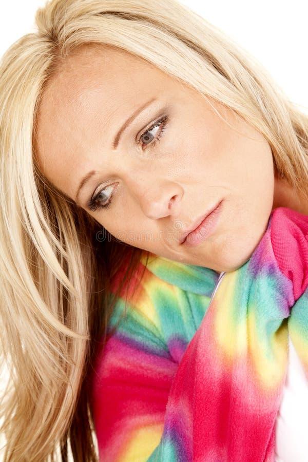 La testa bionda dei pigiami di colore della donna chiude fotografia stock libera da diritti