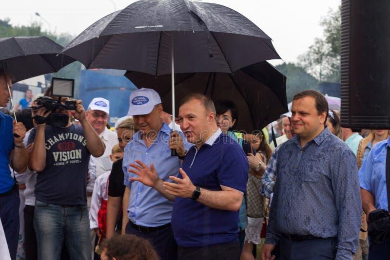 La testa della Repubblica di Adygea Murat Kumpilov nella composizione della delegazione di governo al festival del formaggio di A immagini stock
