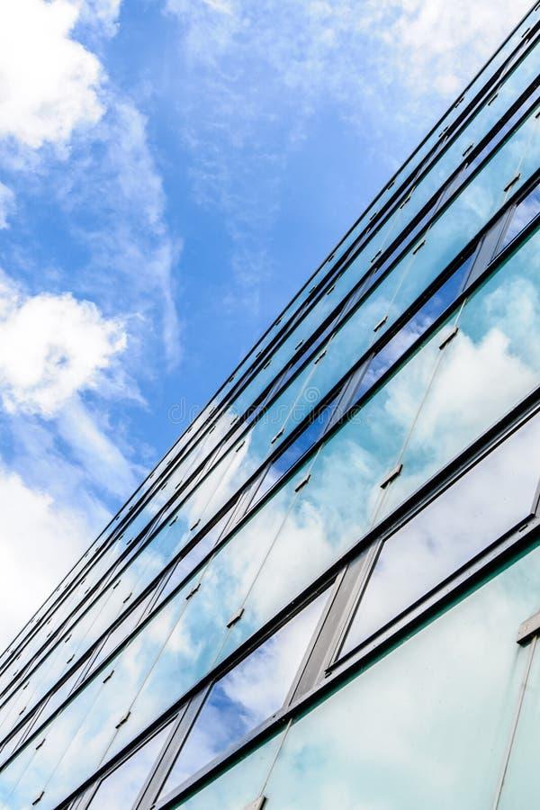 La textura abstracta del fondo con las nubes brillantes reflejó en viento imagenes de archivo