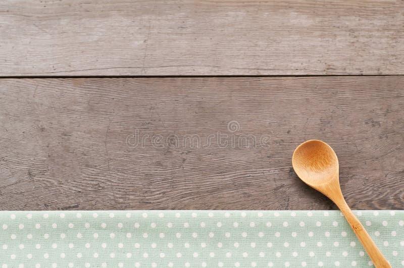 La textura de la materia textil del punto, de madera swooden las cucharas en fondo texturizado madera fotos de archivo libres de regalías