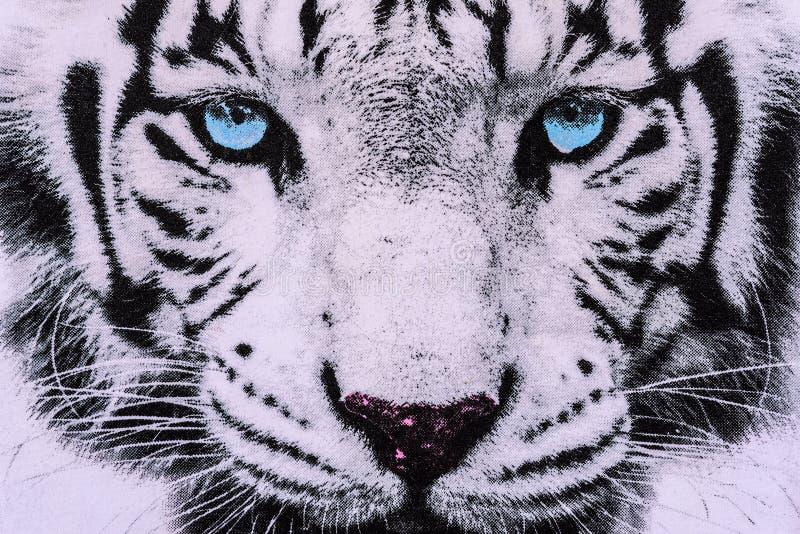 La textura de la tela de la impresión rayó la cara blanca del tigre imagenes de archivo