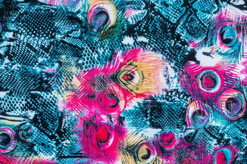 La textura de la tela de la impresión rayó la pluma y la serpiente del pavo real fotos de archivo libres de regalías