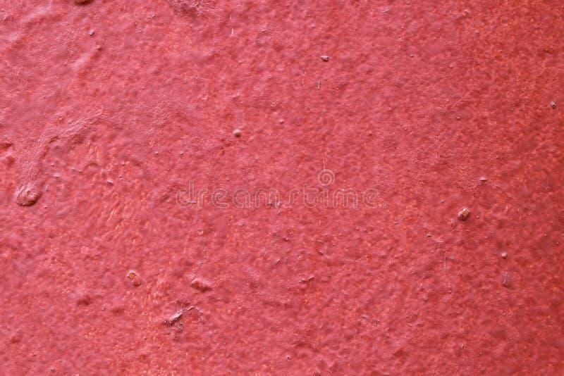 La textura de las paredes de la madera pintadas con la pintura roja Grietas, topetones y depresiones visibles foto de archivo libre de regalías