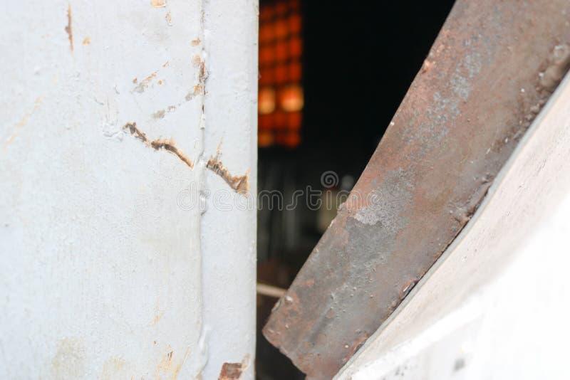 La textura de la puerta cortada doblada explotada azul del metal del hierro con una cerradura de un cable astuto hecho en casa de fotografía de archivo