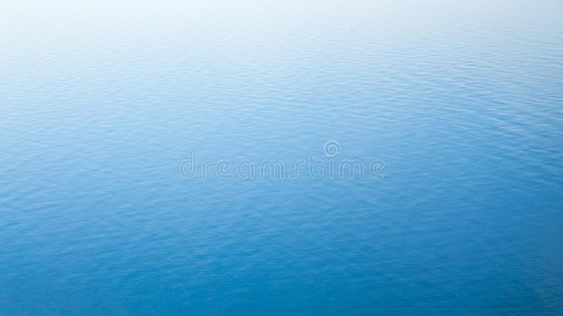 La textura de la superficie del agua con las ondulaciones leves fotos de archivo libres de regalías