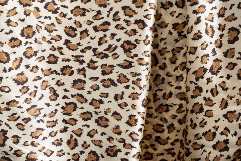 La textura de la tela de seda en el color del leopardo imagen de archivo