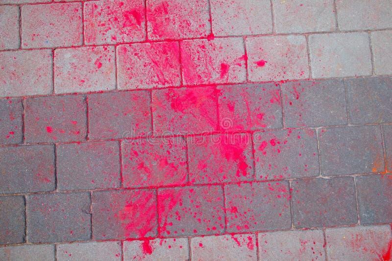 La textura del asfalto Las manchas multicoloras, salpican y remontan de la pintura seca fotos de archivo