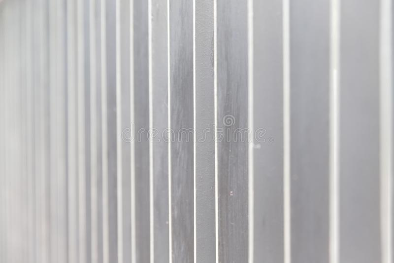 La textura del fondo del viejo blanco pintó la pared de los tableros de madera imágenes de archivo libres de regalías