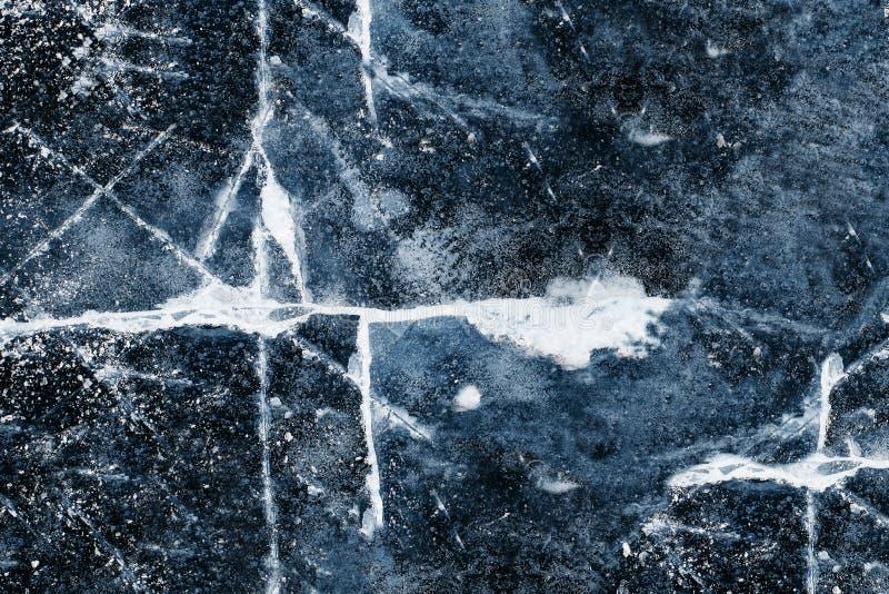 La textura del hielo en el río, lago: grietas blancas grandes en el hielo azul Hielo que se quiebra imagenes de archivo