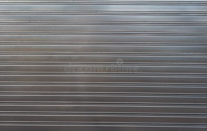 La textura del metal perfiló decking de la cerca de la hoja imagen de archivo