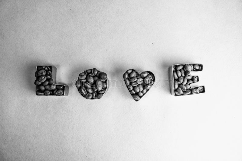 La textura hermosa con la inscripción del día de tarjeta del día de San Valentín del amor de la palabra hecha de asado seleccionó imagen de archivo